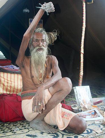 Wow!! Kakek Pertapa Ini Tak Pernah Turunkan Tangan Kanannya Selama 38 Tahun